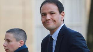 Le secrétaire d'État chargé du Numérique Cédric O et d'autres membres du gouvernement français ont rencontré les grandes plateformes numériques pour lutter contre les infox sur le coronavirus.