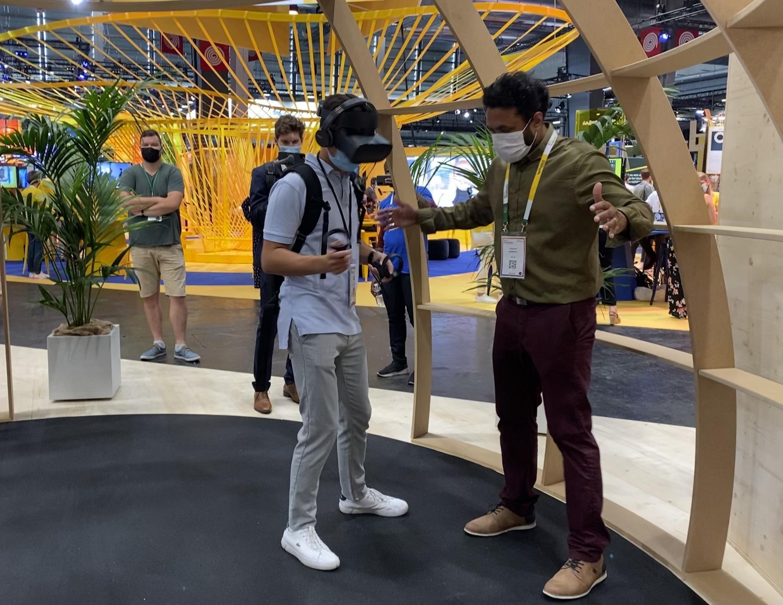 Visitante faz experiência de realidade virtual, um setor beneficiado pelo distanciamento imposto pela Covid-19.