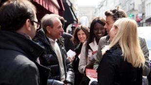 Seybah Dagoma (centre) alongside Bertrand Delanoe, mayor of Paris.