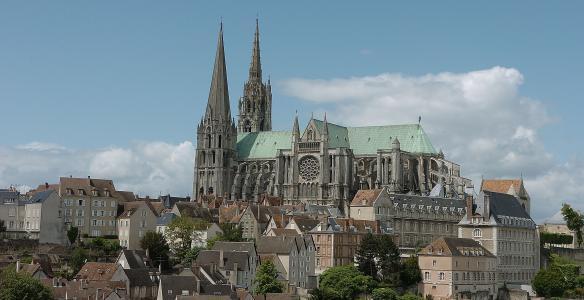 Catedrale de Chartres se erige en el pico rocoso más alto de la ciudad.