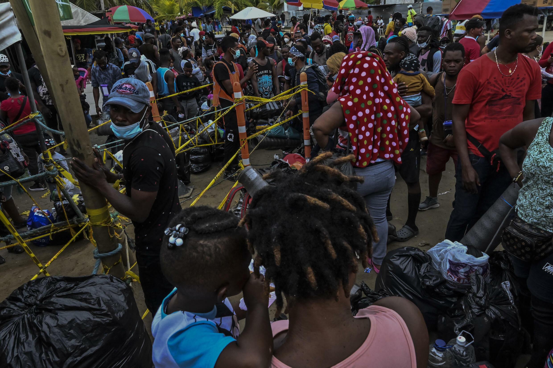 Miles de migrantes, sobre todo cubanos y Haitianos, aguardan en el puerto colombiano de Necoclí embarcaciones que los lleven hasta la frontera con Panamá, el 30 de julio de 2021