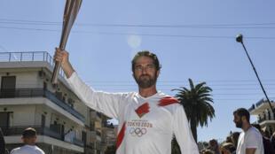 美国演员杰拉德·巴特勒(Gerard Butler)2020年3月13日在希腊与奥运火炬合影.