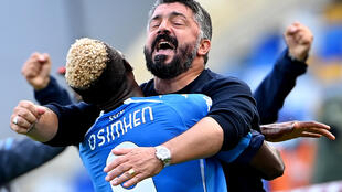 L'attaquant de Naples, Victor Osimhen, fête son but avec l'entraîneur Gennaro Gattuso lors du match de Serie A à domicile contre l'Atalanta Bergame, le 17 octobre 2020