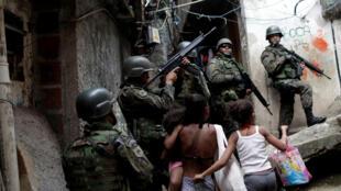 Cảnh sát Brazil tuần tra tại khu ổ chuột Rocinha, Rio de Janeiro, ngày 23/09/2017