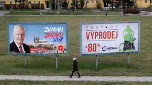 Affiche électorale de Milos Zeman, à Prague, le 11 janvier 2018. On peut lire sur l'affiche: «Zeman encore en 2018».