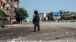 Un policier dans une rue de Conakry après des affrontements avec des manifestants le 24 octobre 2020.