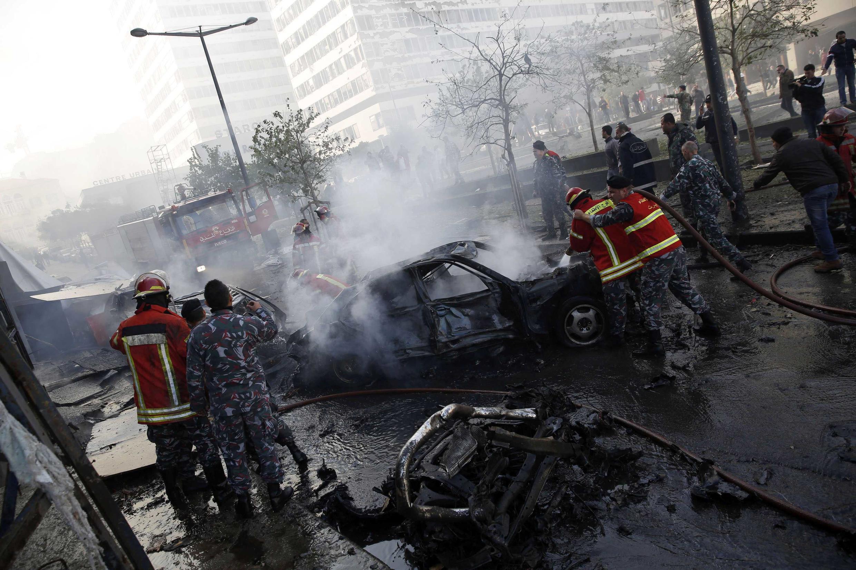 Des personnels de la défense civile autour de la voiture piégée qui a été utilisée dans un attentat, ce vendredi 27 décembre à Beyrouth.