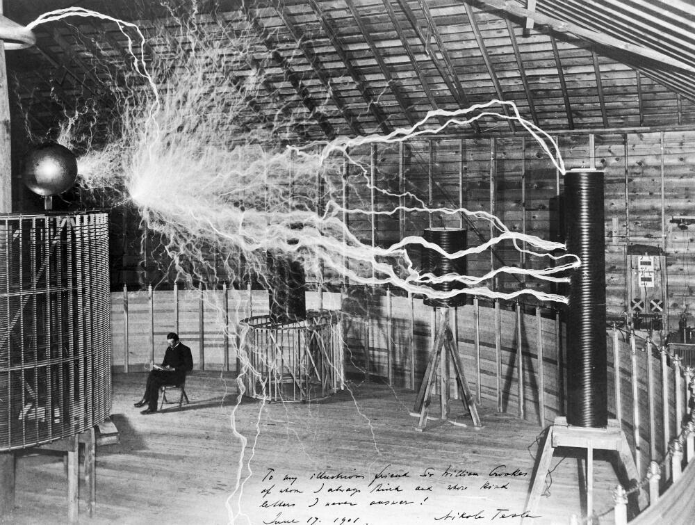 នីកូឡា តេសឡា (Nikola Tesla) ក្នុងមន្ទីរពិសោធន៍ ក្នុងអំឡុងឆ្នាំ១៨៩៩