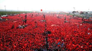 Митинг в поддержку президента Эрдогана 7 августа 2016 г. в Стамбуле.