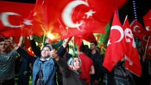 هواخواهان رجب طیب اردوغان و «حزب عدالت و توسعه» پیروزی خود را در همه پرسی جشن گرقتند