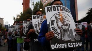 Lors d'une marche pour les trois ans de la disparition d'étudiants de l'université Raul Isidro Burgos, à Mexico. On peut lire sur les affiches «43 d'entre nous manquent, où sont-ils ?», à Mexico, le 26 septembre 2017.
