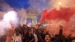 Les supporters français ont envahi les Champs-Elysées après la victoire des Bleus face à la belgique en demi-finale de la Coupe du monde.