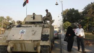 穆尔西政权被推翻后,穆斯林兄弟会继续发动民众街头示威,埃及社会关系持续紧张。图为2013年7月14日首都开罗总统府附近守卫的装甲车。