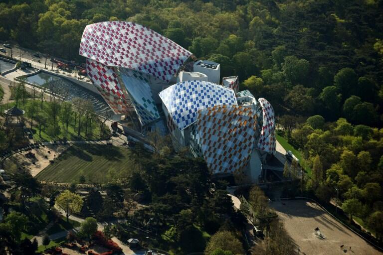 Vue aérienne de la Fondation Louis Vuitton  dessinée par Franck Gehry et dont Daniel Buren colore en quinconce les  3 600 verres qui forment les voiles de l'édifice.