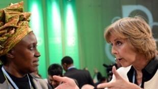 A comissária europeia pela Ação Climática, Connie Hedegaard (direita) e a representante queniana Alice Akinyi Kaudia, durante a COP 19, em Varsóvia.