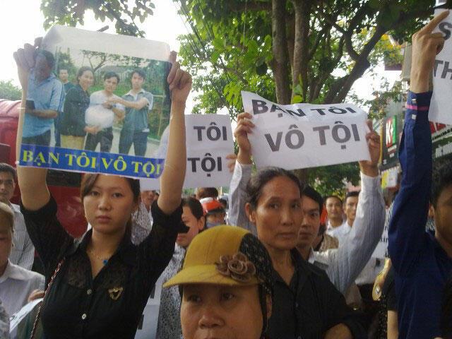 Giới trẻ ủng hộ 4 thanh niên Công giáo đang bị xét xử- Ảnh chụp trên đường phố Nghệ An ngày 24/05/2012