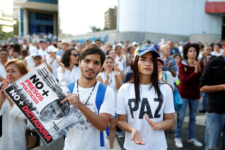 'No más dictadura', 'No más presos políticos' se lee en la pancarta de un manifestante. Caracas, 15 de abril de 2017.