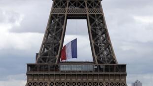 Asumiyar Eiffel da tutar Faransa