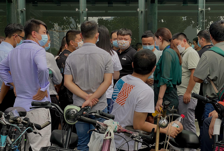 Manifestantes protestan por tercer día consecutivo frente a la sede en Shenzhen (China) del gigante inmobiliario Evergrande, al borde del colapso, el 15 de septiembre de 2021