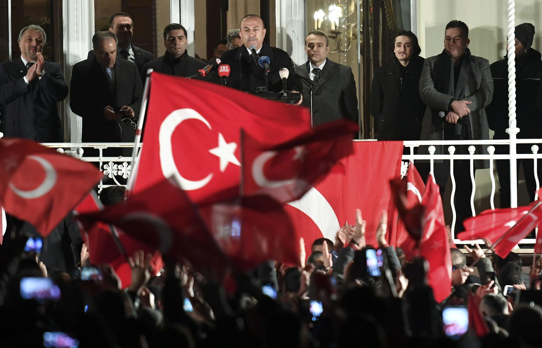 Глава МИД Турции Мевлют Чавушоглу на митинге в Гамбурге 7 марта 2017.