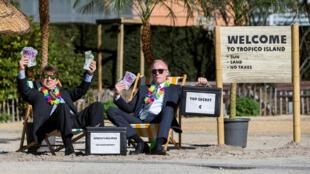 Ativistas protestam contra paraísos fiscais diante da sede da Comissão Europeia.