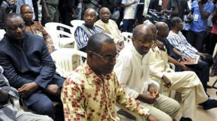 L'ancien chef de la diplomatie burkinabé Djibril Basolé aux côtés de Gilbert Dienderé (au centre), ex-chef de la sécurité présidentielle et dirigeant du putsch manqué de septembre 2015 à la Haute Cour de Justice de Ouagadougou, le 17 avril 2017.