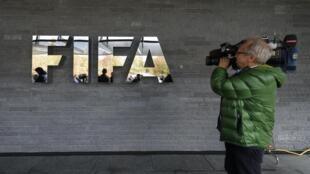 Un caméraman attendant à l'extérieur du siège de la Fifa, le 20 octobre 2015 à Zurich.