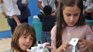 La batterie en papier s'inspire des techniques de pliage origami que tous les enfants connaissent.