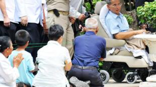 Le roi de Thaïlande, Bhumibol Adulyadej (d), à l'hôpital de Siriraj, à Bangkok, le 23 octobre 2009.
