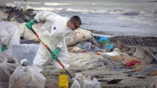 Un trabajador de British Petroleum participa en la limpieza de las playas de Port Fourchon, Louisiane, en 2010.