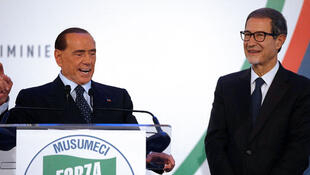 Silvio Berlusconi (G), leader du parti Forza Italia, anime un meeting aux côtés du candidat local Nello Musumeci (D) lors de la campagne à Cantania en Italie, le 2 novembre 2017.