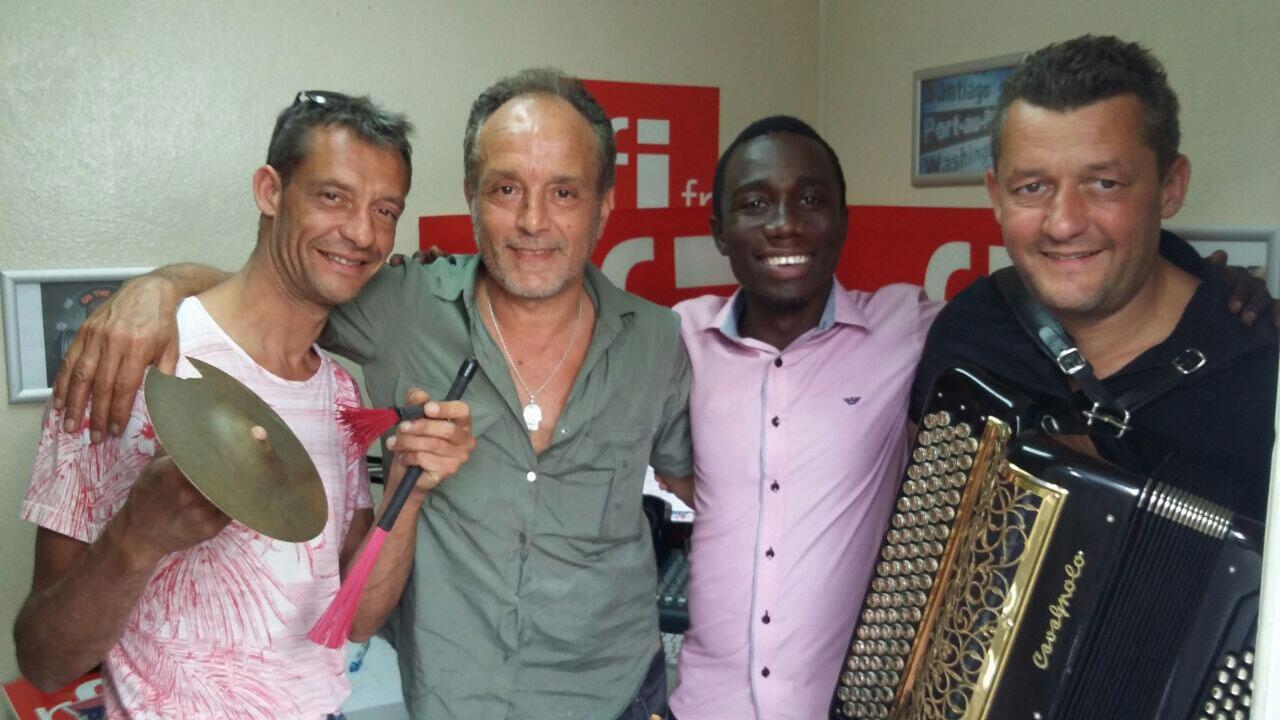 De gauche à droite : David Maulus, Jamel Laroussi (leader du groupe), Dangelo Neard (l'animateur de Koze Kilti) et Lionel Maulus.