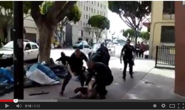 Imagens de vídeo mostram policiais agredindo um morador de rua em Los Angeles.