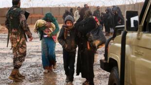 Người tị nạn tại trại Rukban, ở vùng biên giới giữa Syria và Jordani, ngày 01/03/2017.