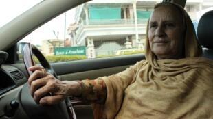 Zahida Kazmi, taxi-woman à Islamabad, ne prend jamais d'homme à côté d'elle. Sauf une fois. L'homme a fini par la demander en mariage.