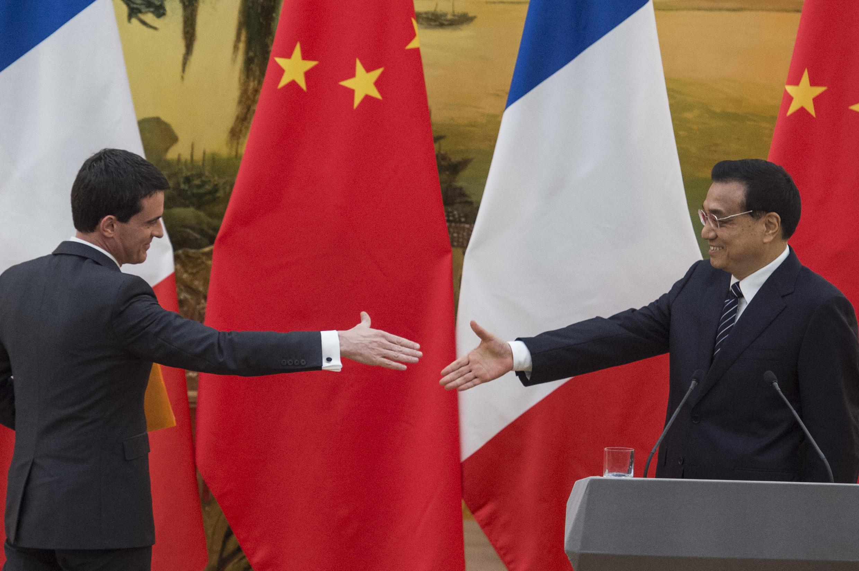 លោកនាយករដ្ឋមន្រ្តីបារំាង Manuel Valls និងសមភាគីចិនលោក Li Keqiang នៅទីក្រុងប៉េកាំង កាលពីខែឧសភាកន្លងទៅ( រូបបណ្ណាសា)