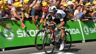 El australiano Michael Matthews cruza primero en la línea de meta ubicada en la localidad de Romans sur Isère y se alza con su segundo triunfo en el Tour de Francia 2017.