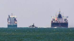 Um navio da Marinha israelense (C) é visto no mar Mediterrâneo perto do porto de Ashdod, Israel 29 de junho de 2015.