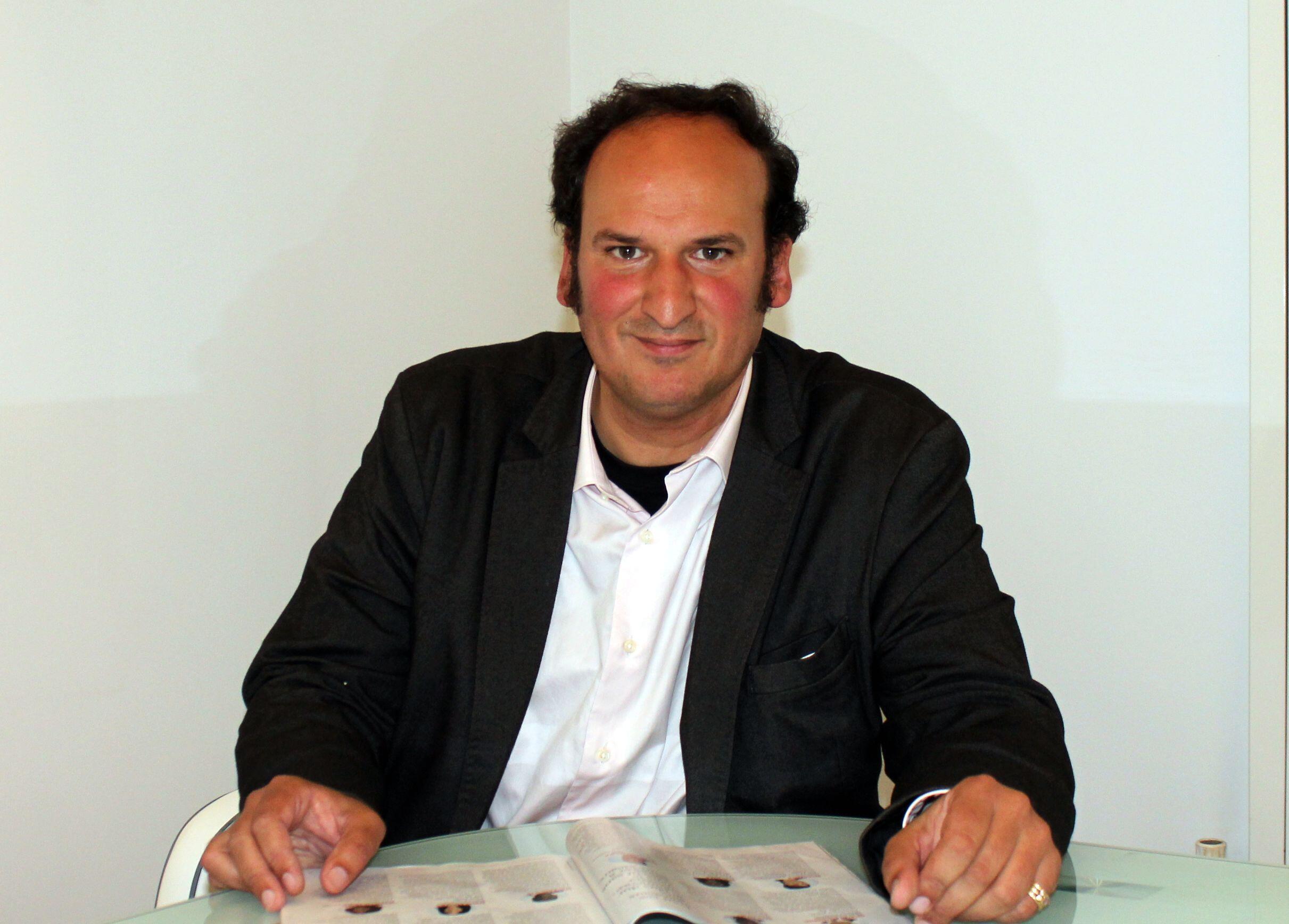 L'assistant parlementaire Smain Zellouf prend la pose dans la permanence du député Belkhir Belhaddad, le 26 août 2017.