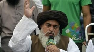 c Khadim Hussain Rizvi, líder do partido islamista  Tihrek-i-Labaik Pakistan party