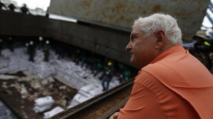 El presidente panameño, Ricardo Martinelli, observa el cargamento de azúcar del barco norcoreano 'Chong Chon Gang', en el terminal de contenedores de Manzanillo, Colón, el 16 de julio de 2013.