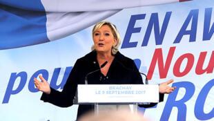 La dirigeante du Front national, Marine Le Pen, prononce son discours de rentrée politique à Brachay, dans l'est de la France, le 9 septembre 2017.