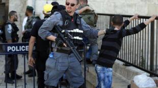 Policía israelí registra a un niño palestino en la entrada de la Puerta de Damasco, el pasado 19 de febrero de 2016.