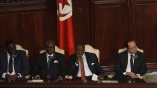 O presidente francês, François Hollande (à dir.), foi o único presidente europeu a participar da cerimônia de adoção da nova Constituição tunisiana.