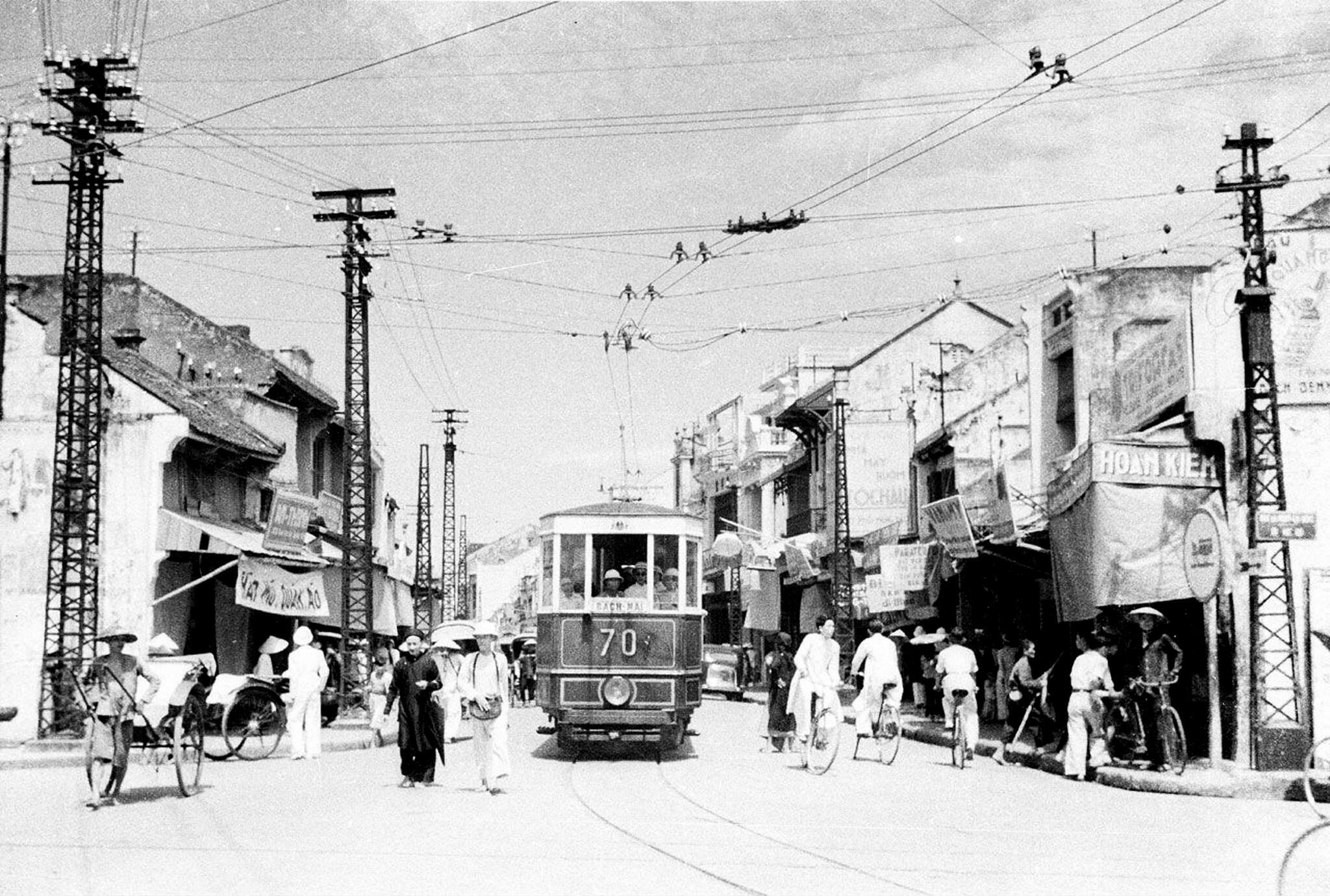 Tầu điện trên phố Hàng Đào năm 1940.