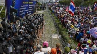Manifestantes tailandeses fazem protesto em Bancoc, nesta quarta-feira (19), diante do ministério da Defesa.