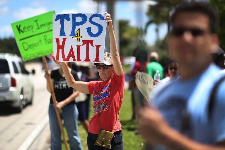 Des manifestants demandent une prolongation du TPS pour les immigrés haïtiens à Fort Lauderdale en Floride le 21 mai 2017.