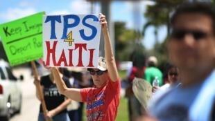 Des manifestants demandent une prolongation du TPS pour les immigrés haïtiens à Fort Lauderdale en Floride, en mai 2017.