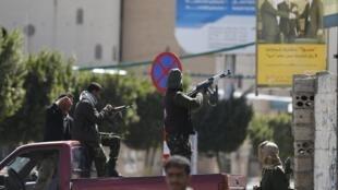 Membro da milícia Houthi atira contra a guarda presidencial do Iêmen, na capital Sana.