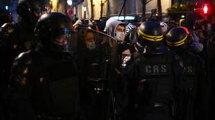 Un grupo de manifestantes se encara con las fuerzas de seguridad durante la manifestación del 12 de diciembre de 2020 en París